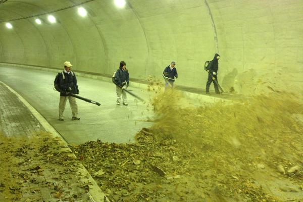 トンネル内の落葉清掃