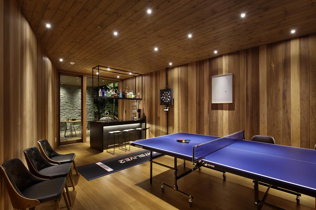 卓球台・ダーツ・バーカウンターがあるレクレーションルーム