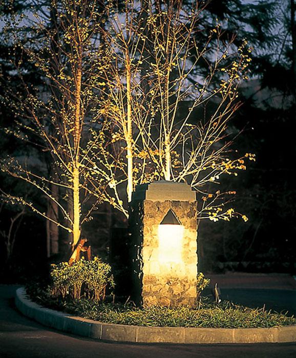 照明が灯る浅間石のパイロン